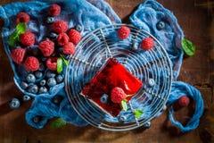 Vista superior do bolo caseiro com bagas e geleia frescas imagem de stock royalty free