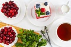 Vista superior do bolo da merengue com creme e arandos Bolo vermelho de veludo com mirtilos e framboesas Imagens de Stock Royalty Free