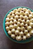 Vista superior do bolo de aniversário decorado com os doces do chantiliy e de chocolate na placa de turquesa contra o fundo cinze foto de stock