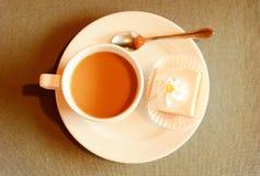 Bolo de creme caseiro da cereja e copo de café Fotos de Stock