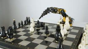 Vista superior do braço do robô com xadrez do jogo Experiência com manipulador inteligente Modelo do robô industrial vídeos de arquivo
