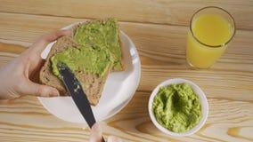 Vista superior do café da manhã saudável com brinde e suco de laranja do abacate closeup vídeos de arquivo