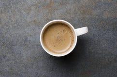 Vista superior do café ou do latte fresco do café com espuma espumoso na tabela cinzenta, espaço vazio imagem de stock royalty free