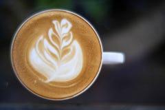 Vista superior do café quente do close up no copo branco na tabela de vidro fotografia de stock