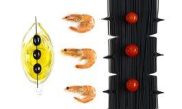 vista superior do camarão, dos espaguetes, dos tomates e do azeite foto de stock