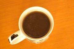 Vista superior do chá preto em uma caneca Imagens de Stock