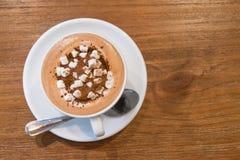 Vista superior do chocolate quente com os marshmallows na tabela de madeira imagem de stock