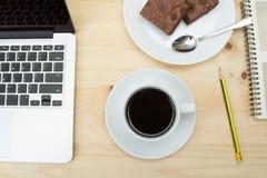 Vista superior do copo de café na tabela de madeira Imagens de Stock Royalty Free