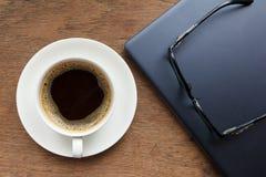 Vista superior do copo de café, vidros na tabela de madeira Imagem de Stock