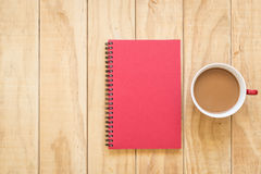 Vista superior do copo vermelho do livro e de café na tabela de madeira Fotografia de Stock Royalty Free
