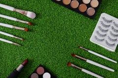 Vista superior do cosmético das mulheres no fundo verde foto de stock royalty free