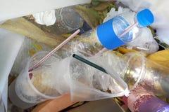 Vista superior do desperdício e de palhas plásticos da bebida da água de garrafa na reciclagem suja, na pilha da garrafa plástica fotografia de stock