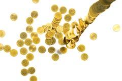 Vista superior do dinheiro de queda das moedas de ouro isolado no backg branco Foto de Stock