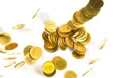 Vista superior do dinheiro de queda das moedas de ouro isolado no backg branco Fotografia de Stock Royalty Free