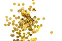 Vista superior do dinheiro de queda das moedas de ouro isolado no backg branco Imagens de Stock