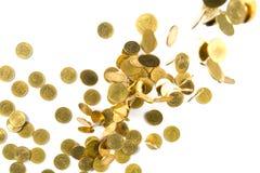 Vista superior do dinheiro de queda das moedas de ouro isolado no backg branco Foto de Stock Royalty Free