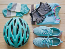 Vista superior do equipamento de esporte na cor pastel no fundo de madeira Foto de Stock Royalty Free
