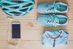 Vista superior do equipamento de esporte na cor pastel no fundo de madeira Imagem de Stock Royalty Free