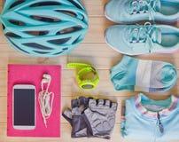 Vista superior do equipamento de esporte na cor pastel no fundo de madeira Fotografia de Stock