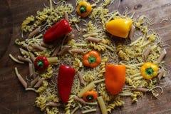 Vista superior do fusilli italiano da massa com legumes frescos, tomates foto de stock royalty free