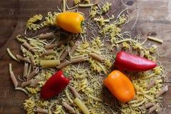 Vista superior do fusilli italiano da massa com legumes frescos, tomates e paprika fotos de stock royalty free