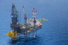 A vista superior do helicóptero pegara o passageiro na plataforma petrolífera Imagens de Stock