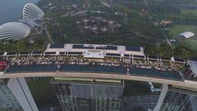 Vista superior do hotel de Marina Bay Sands tiro Vista da associação da parte superior do telhado no hotel novo de Marina Bay San video estoque