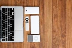 Vista superior do laptop com smartphone, telecontrole, rato, orador, jogador de música portátil, bloco da bateria Na parte superi foto de stock