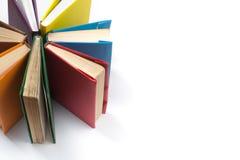 A vista superior do livro encadernado colorido registra em um círculo Abra o livro, páginas ventiladas De volta ao espaço da cópi Foto de Stock