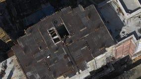 Vista superior do local residencial inacabado da construção civil na arquitetura da cidade filme