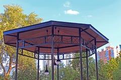 Vista superior do mandril com a lâmpada moderna no parque de Natalka em Kyiv Foto de Stock Royalty Free