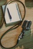 vista superior do microfone retro prendido que encontra-se na tabela de madeira foto de stock