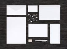 Vista superior do modelo da identidade de marcagem com ferro quente e molde na tabela preta Imagens de Stock Royalty Free
