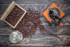A vista superior do moedor da mão, francês pressiona o vidro, feijão de café corteja dentro Fotos de Stock