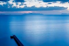 Vista superior do molhe ou do cais no tom azul da cor no tempo da noite imagens de stock