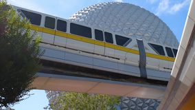 Vista superior do monotrilho e da esfera grande em Epcot na ?rea de Walt Disney World Resort video estoque