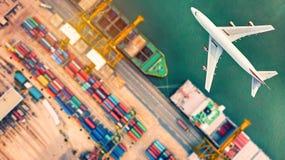 Vista superior do navio e dos aviões de recipiente no ônibus da exportação e da importação foto de stock royalty free