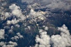 Vista superior do nuvens sobre os cumes imagens de stock