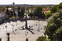 Vista superior do obelisco egípcio em Praça del Popolo, Roma foto de stock
