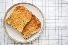 Vista superior do pão brindado cortado caseiro imagens de stock royalty free