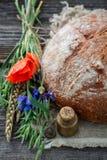 Vista superior do pão caseiro com trigo, orelhas e papoilas foto de stock royalty free