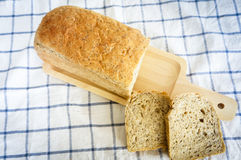 Vista superior do pão de sourdough caseiro da grão inteira misturada do centeio-trigo Fotografia de Stock Royalty Free