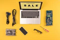 vista superior do portátil com venda de segunda-feira do cyber da inscrição somente uns dia, smartphone, monóculo e fio imagem de stock royalty free