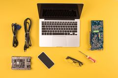 Vista superior do portátil, do smartphone, dos monóculos e dos fios imagens de stock royalty free