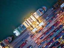 Vista superior do porto internacional com os recipientes da carga do guindaste dentro Foto de Stock