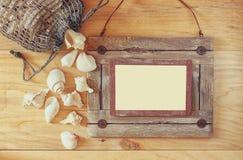 Vista superior do quadro de madeira náutico velho e de conchas do mar naturais na tabela de madeira Imagem de Stock Royalty Free