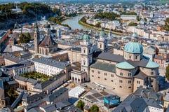 Vista superior do rio de Salzach e da cidade velha no centro de Salzburg, Áustria, das paredes da fortaleza Festung Hohensalzbur fotos de stock royalty free