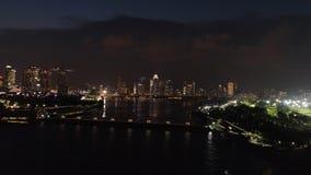 Vista superior do rio em Singapura na noite tiro Opinião alta da cidade do distrito de Singapura e da construção financeiros do n imagem de stock