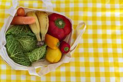 Vista superior do saco de compras reusável com legumes frescos e frutos Desperdício zero, conceito livre plástico imagens de stock royalty free