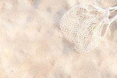 Vista superior do Sandy Beach com fundo do saco da malha da praia com espaço da cópia fotografia de stock royalty free